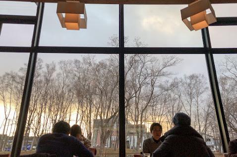 大きなガラス窓から景色をながめなが。。。
