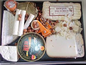 Photo: Plateaux de fromages variés affinés au lait cru et pain Sur plateau avec couteaux à fromage