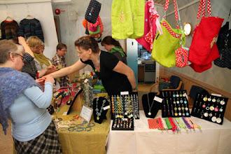 Photo: Tillsammans med Stickfrossa hittade man Oops smycken - matchat, snyggt och även det färgglatt!