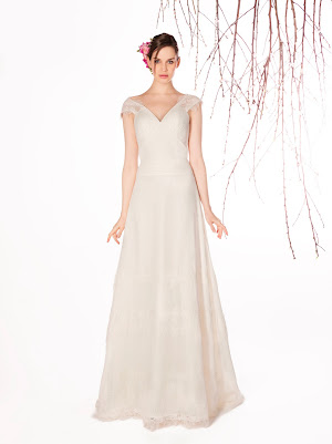 Robe de mariée fluide Eventail, en dentelle fine et mousseline, col v et bretelles larges manches courtes, créatif, original et facile à porter
