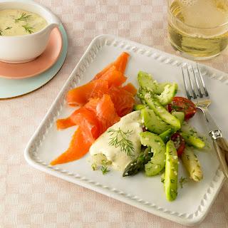 Spargel-Gurken-Salat mit Räucherlachs und Dill-Joghurt-Dressing