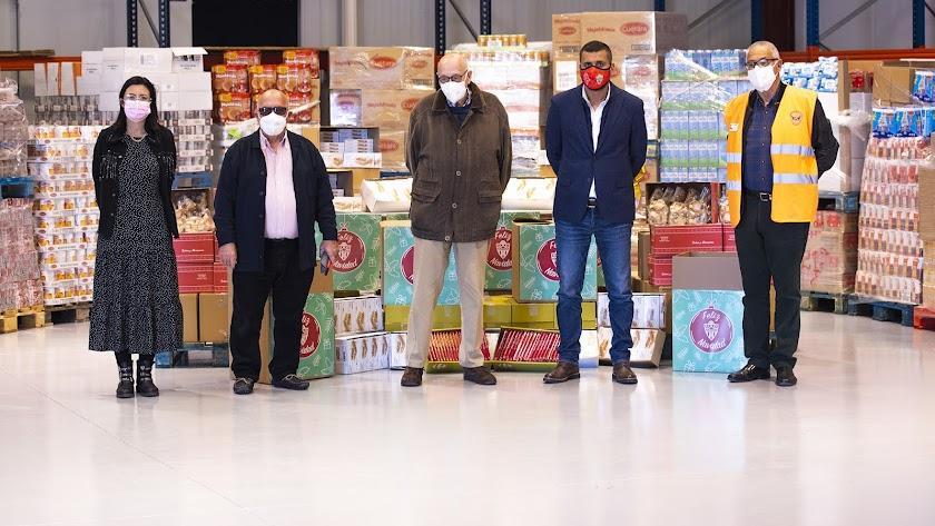 Mostafa Yilmaz, director de Operaciones del club, y Lorena García, presidenta de la Fundación, entregaron los productos al Banco de Alimentos.