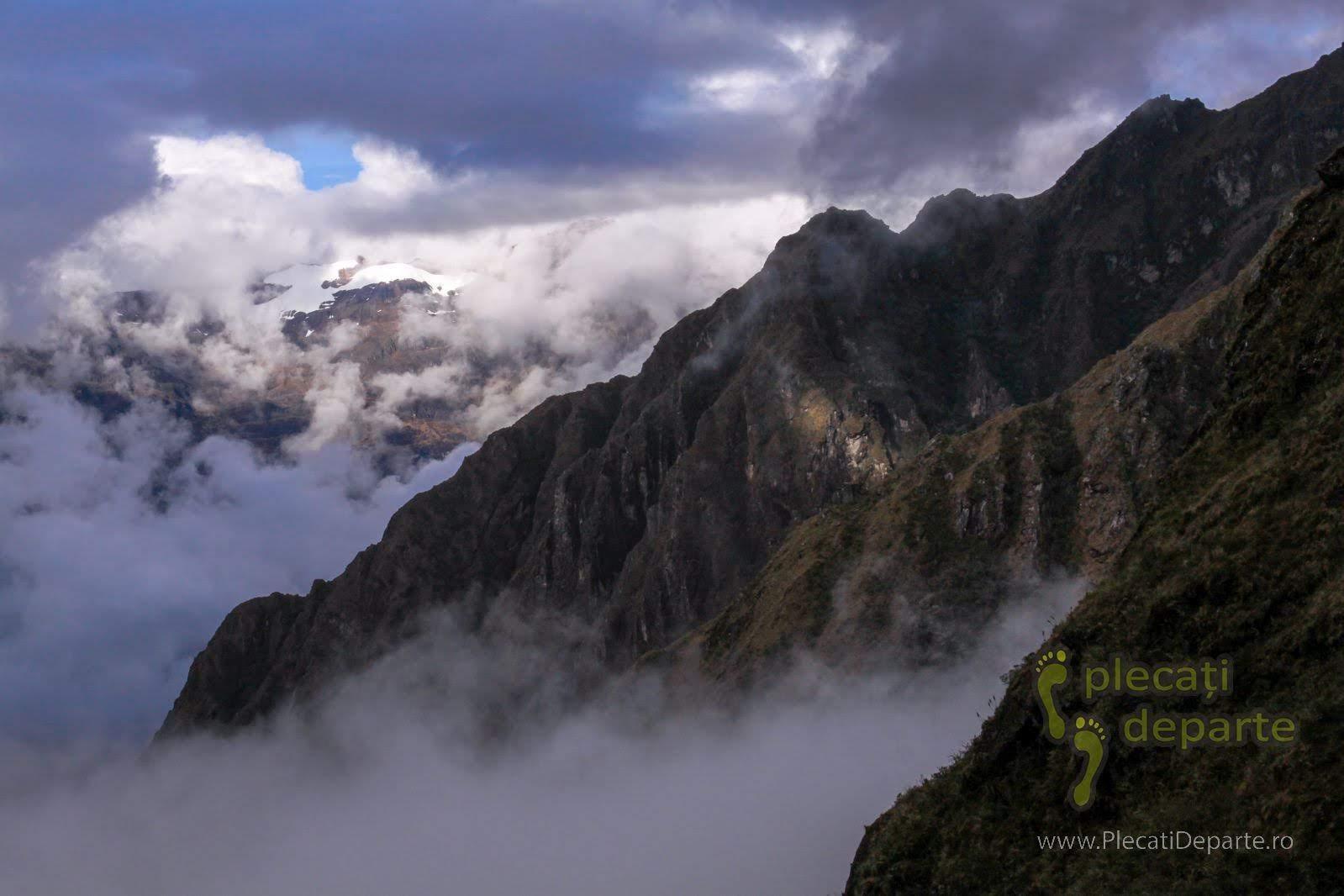 Varfuri acoperite cu zapada in Anzii din Peru - ghetari