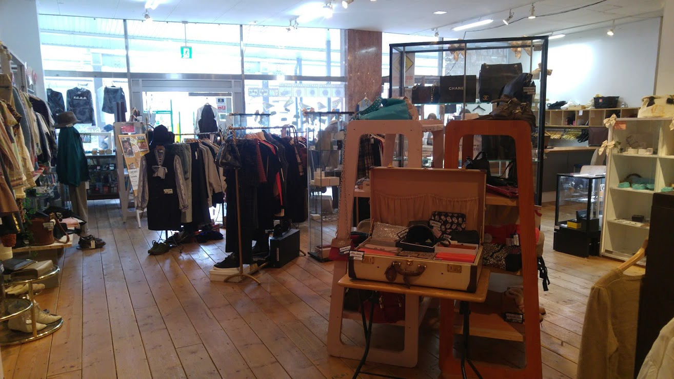 Women's section alternate view in DESERT SNOW vintage and second-hand store in Niigata