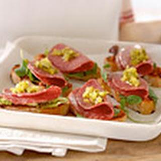 Geroosterd Brood Met Pesto Rosso En Salami
