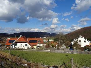 """Photo: Landgasthaus """"Zum klanen Lausbuam""""; dahinter Frauenwart (474m) und Feuersteinberg (507m)"""