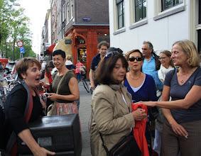Photo: Medewerkers van het Huis van de Buurt proberen de hapjes naar binnen te krijgen