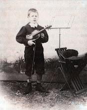 """Photo: Eduard Toldra als set anys, amb el seu """"mig-violi"""", fotografiat per C. Casas © Family Archive (Mdm. Narcisa Toldrà)"""