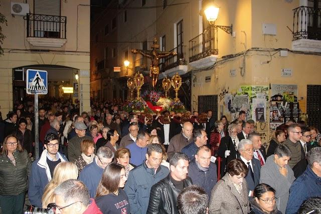 Las \'Cuatro Calles\' vivió respetuosa el paso del Vía-Crucis del Santo Cristo de la Escucha.