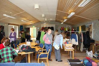 Photo: Till höger ses Nysta från Stockholm med uppstickade modeller och en härlig blanding garn!