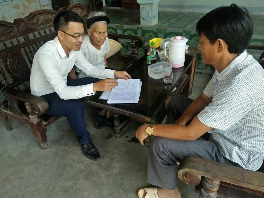 Bí thư Chi bộ Lê Văn Trọng (ngoài cùng bên trái) thường xuyên tuyên truyền, vận động nhân dân chấp hành chủ trương, đường lối của Đảng, chính sách, pháp luật của Nhà nước