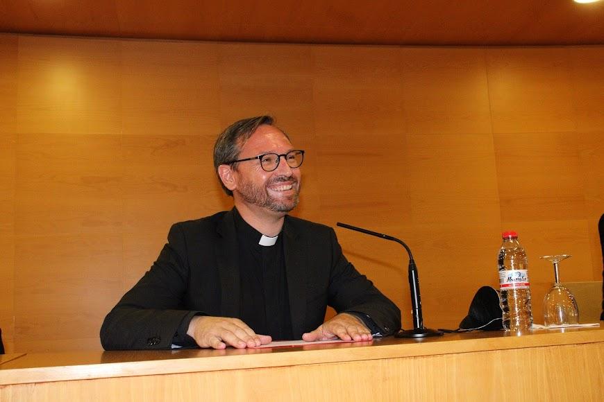 El vicario general y moderador de la diócesis dirigiendo unas palabras.
