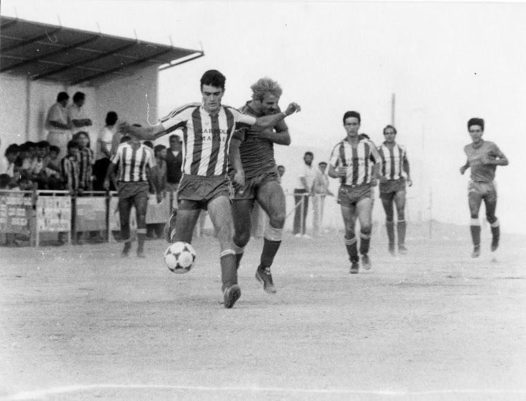 La pequeña tribuna asistiendo a un partido de finales de los setenta.