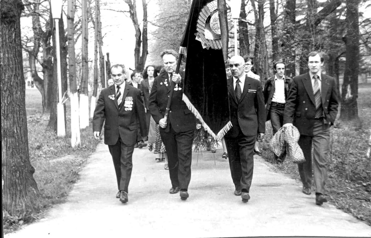 9 мая 1977 года. Во главе колонны ветераны ВОВ, сотрудники ВНИИ кормов. Слева направо: Мазур К.К., Щербаков М.Ф., Фирсов С.И.