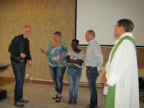 Photo: En Roel overhandigde de cheque van € 2754,00, het verdubbelde spaarbedrag van het 1e halfjaar voor 'Hart voor Haïti'.