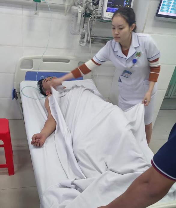 Trung úy Hồ Đình Khánh được đồng đội đưa đi cấp cứu tại Bệnh viện Đa khoa Thành phố Vinh