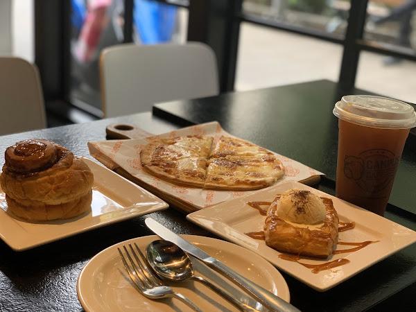 起司披萨很好吃,美式咖啡口感略酸,肉桂面包好大一只,冰淇淋好吃,苹果派层次很好口感不错