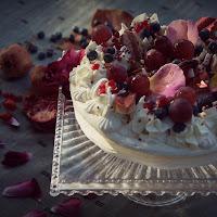 Meringata di frutta alle rose e al caramelo di