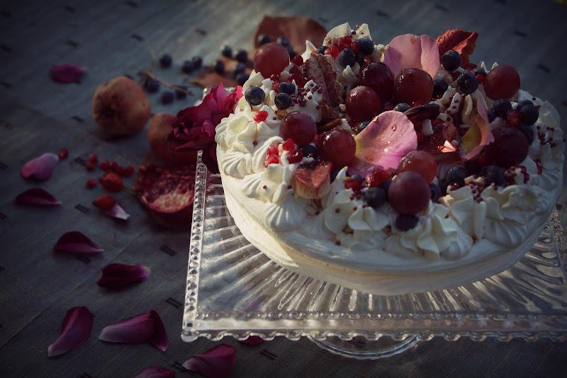 Meringata di frutta alle rose e al caramelo di letiziacaprettiphotography