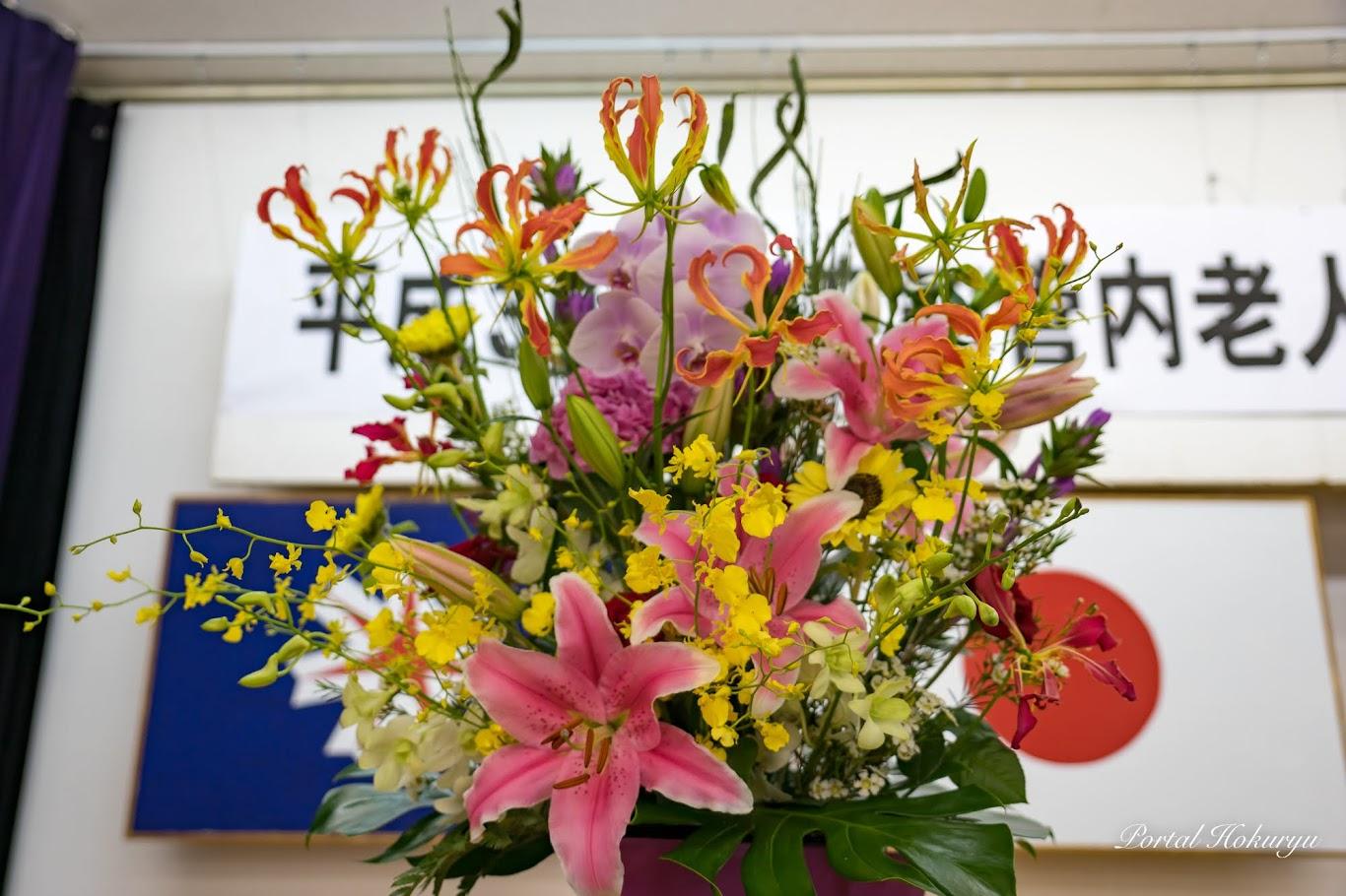 会場を飾る演台花