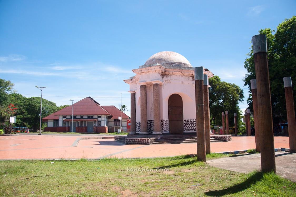 Monumen ini dibangun oleh pemerintah Inggris untuk mengenang Thomas Parr yang mati terbunuh dalam perjuangan rakyat Bengkulu pada tahun 1807. Lokasinya tepat di depan Pasar Brokoto.