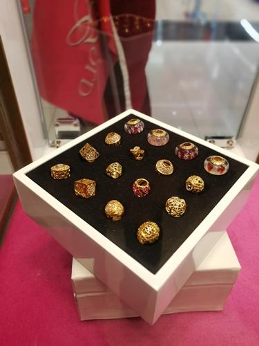 Charm emas pelbagai bentuk