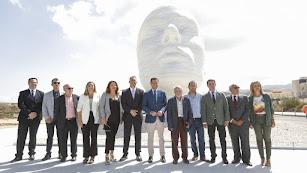Foto de familia con el maestro Antonio López y el presidente de la Junta.