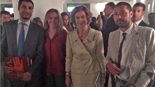 Víctor López, a la derecha, junto a la reina Sofía.