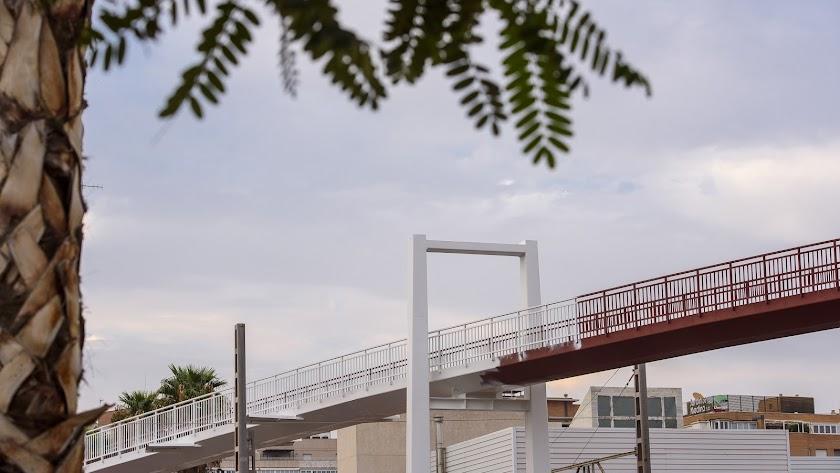 El tradicional puente de la estación blanquea su imagen