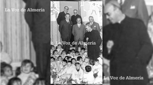 1968. El obispo don Ángel Suquía el día que se presentó en el colegio Amor de Dios del barrio de Pescadería con una furgoneta llena de regalos.