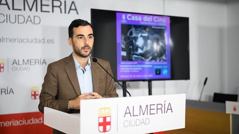 Carlos Sánchez en la presentación de las actividades en la casa del Cine