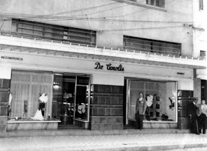 Photo: De Carolis, tradicional loja de artigos de vestuário fino feminino. Funcionou aonde hoje é a Galeria Quartier, embaixo do Hotel Petrópolis. Depois foi transferida para a Rua Irmãos D`Ângelo, até que fechou suas portas definitivamente no início da década de 1990. Foto sem data