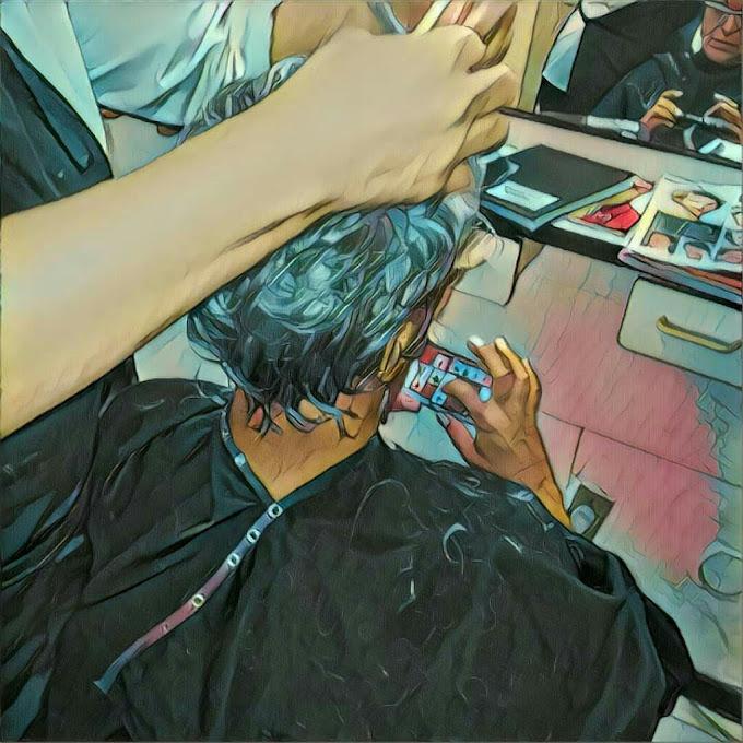 Cliente relaxada enquanto corta o cabelo