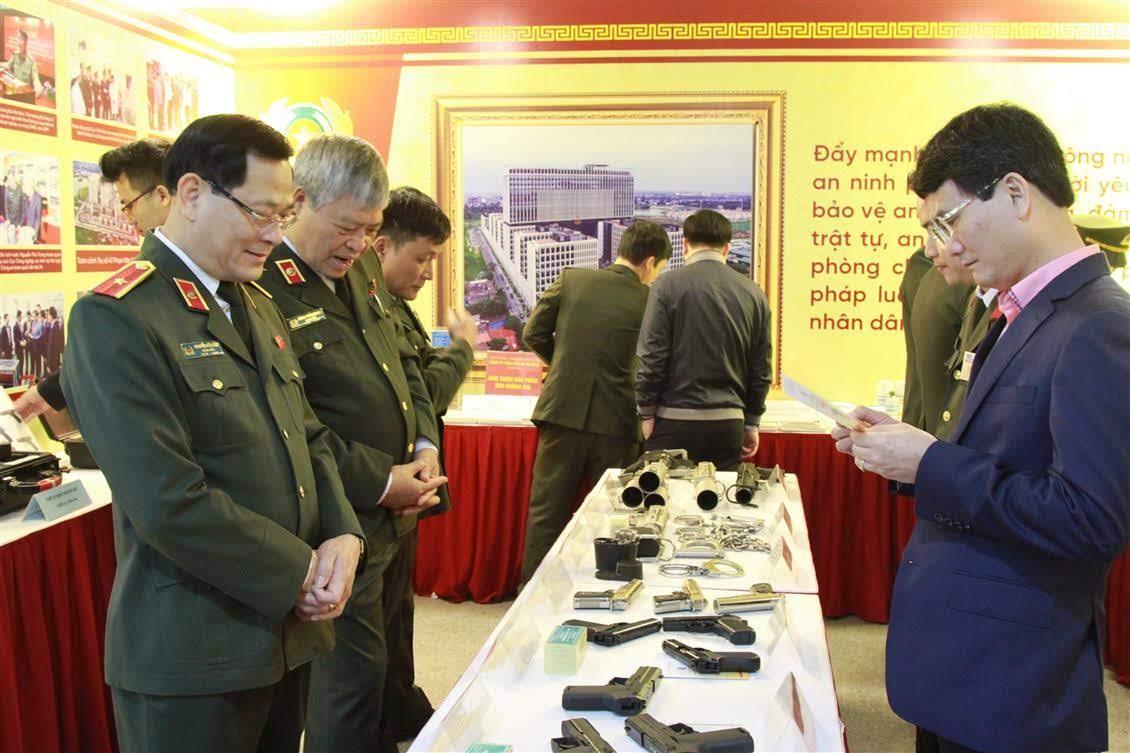 PGS.TS Nguyễn Hữu Cầu, Giám đốc Công an tỉnh Nghệ An tham quan gian trưng bày của lực lượng công an bên lề Hội nghị.