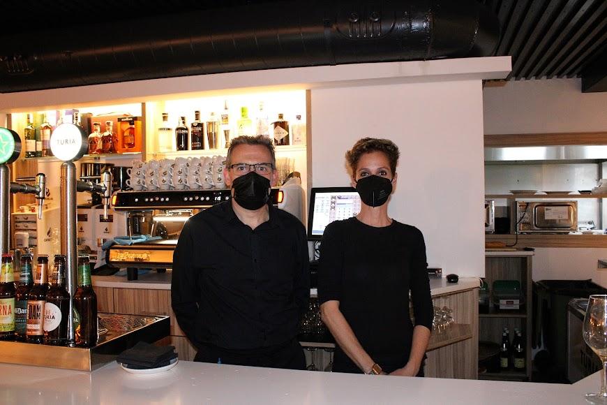 Pedro, gerente de La Descarada junto a la profesional de hostelería, Virginia.
