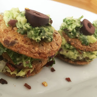The perfect party snack – Avocado-Bacon-Cracker-Stacks