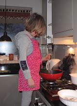Photo: Koken met het kersverse schort!