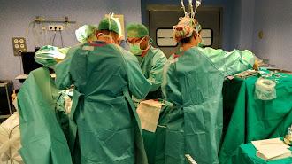 Especialistas del Hospital de Poniente realizando su labor.
