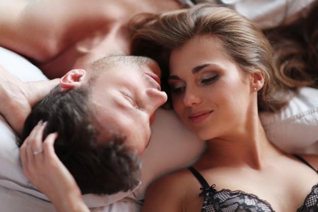 Lindo casal deitado na cama Foto gratuita
