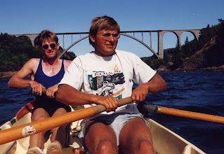 Photo: 1991 Ole Pedersen, Skjold og Per Rasmussen, Kalundborg. I baggrunden Svindsund Broen og Norge i venstre side og Sverige i højre side af billedet. Turen startede og sluttede i Horten Roklub og varede en uge. Der blev roet rundt i farvandet nær Oslo Fjorden og der blev roet ca. 60 km om dagen. Fotograf Morten Larsen, Odense Roklub.