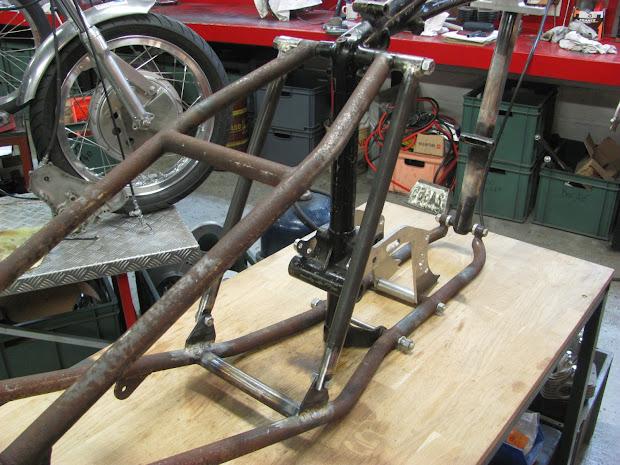 Renforts latéraux en place. Fabrication Machines et Moteurs.