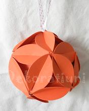 Photo: Glob origami carton de orange cu floricele, piese standardizate, agăţătoare din panglica albă cu buline roşii Dimensiuni 9,5 cm x 9,5 cm realizat de Maia Martin Se poate folosi la decorarea casei de sărbători, la decorarea bradului de Crăciun, ca mărturii nuntă, mărturii botez Preţ: 8 lei