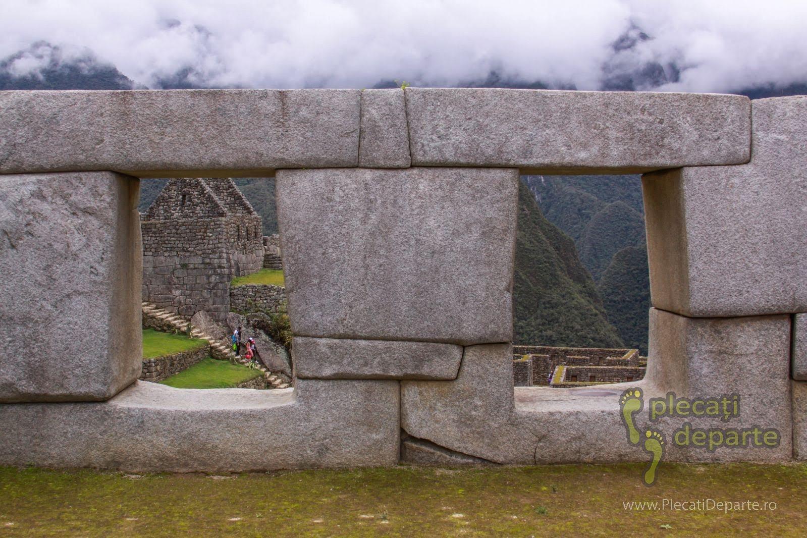 pietre imbinate perfect de catre incasi, fara nici un fel de liant, la Machu Picchu, in Peru
