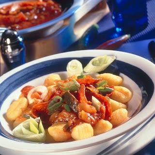 Feurige Gnocchi mit Salami