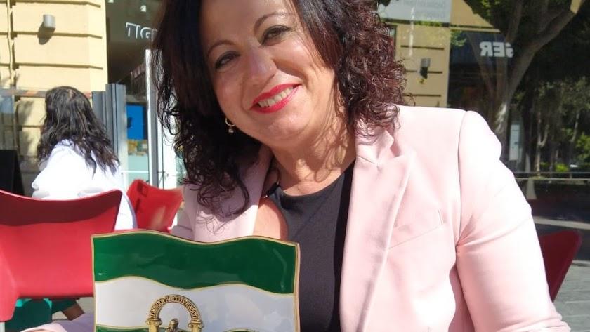 María del Mar Ayala Andújar con la bandera de Andalucía.