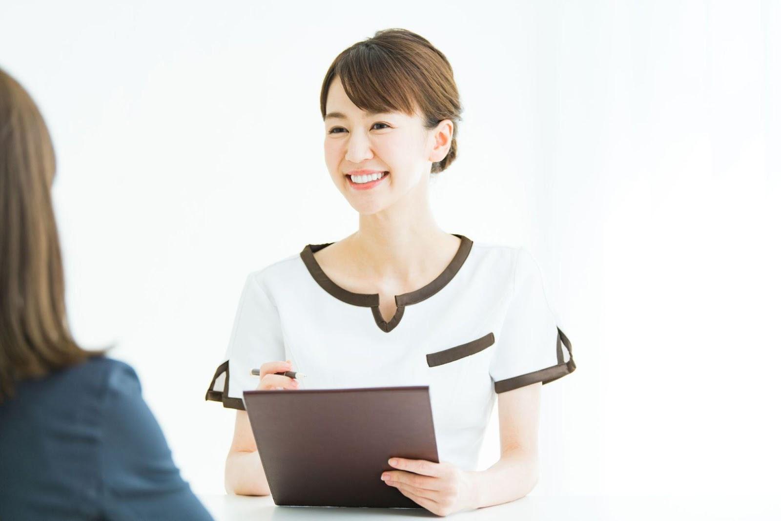 人, 女性, ノートパソコン, 座る が含まれている画像  自動的に生成された説明