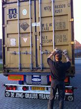 Photo: Container word door chauffeur losgemaakt.