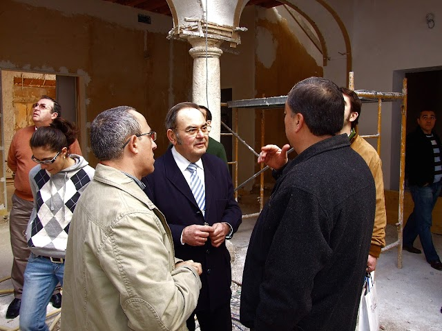 Dubé de Luque comprobando las obras en la casa-hermandad del Prendimiento, el Palacio de Los Puche.