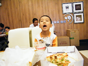 Photo: Benzrad, the proudest dad, treated son, warrenzh 朱楚甲, on way hanging out computer market, in the western style bakery, Mjdcafe. here benzrad first time bought himself pizza, with his son. even costly but proves itself, while the environment has space to improve.
