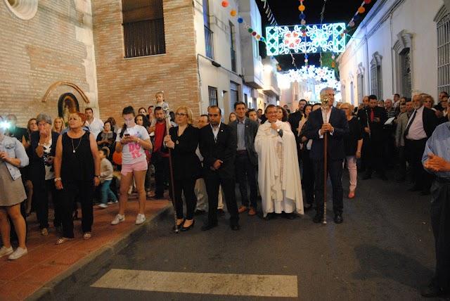 El alcalde y demás autoridades en la procesión de 2017 y junto a la iglesia parroquial.